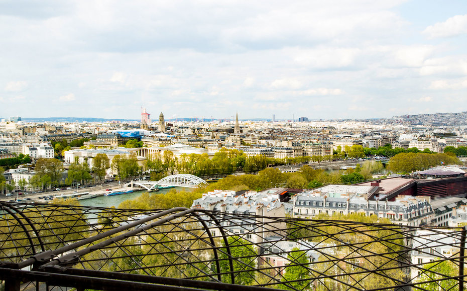 Homeaway-Eiffel-Tower-Suite-interior-VIEWS0516